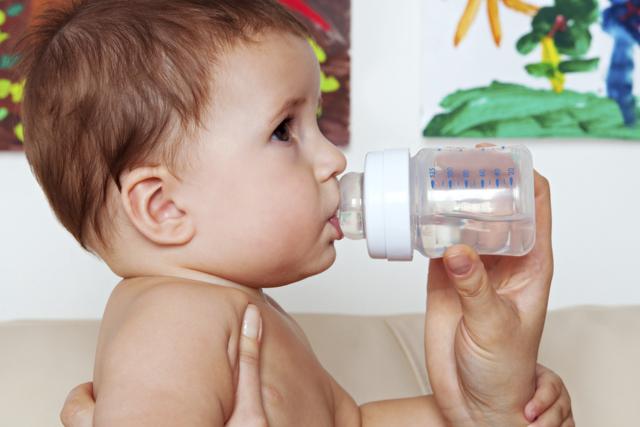 Нужно ли давать новорожденному воду: сколько и когда допаивать ребенка при грудном и искусственном вскармливании?