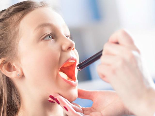 Лечение красного горла у ребенка в домашних условиях: как быстро облегчить боль и снять воспаление?