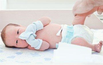 Алгоритм обработки пупочной ранки у новорожденного ребенка в домашних условиях: уход за пупком с прищепкой и без