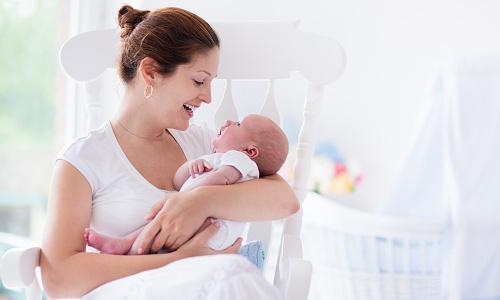 Выделения у женщины при беременности до задержки месячных: должны ли появляться на ранних сроках и какие они бывают?