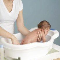 В какой воде нужно купать новорожденного ребенка: оптимальная температура, кипячение и добавление марганцовки