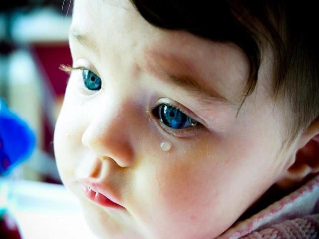 Почему у новорожденных и детей постарше могут слезиться и гноиться глаза, что делать при появлении указанных симптомов?