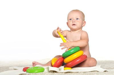 Что умеет делать ребенок в 10 месяцев: показатели нормального развития мальчика и девочки
