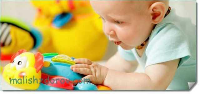 Что умеет делать каждый ребенок в 8 месяцев: критерии нормального развития мальчика и девочки