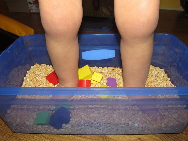 Как своими руками сделать сенсорную коробку для ребенка от 1 года: советы и фото-обзор