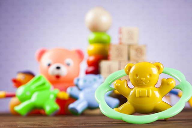 Какие игрушки нужны ребенку до 1 года: список полезных развивающих товаров с рождения и от 6 месяцев