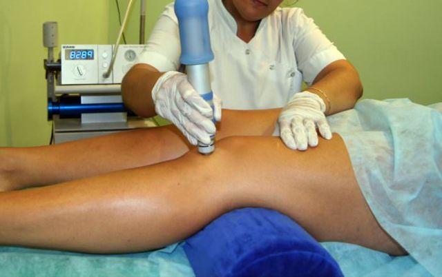 Что делать, если у ребенка болит колено, каковы возможные причины этого симптома и к какому врачу обратиться?