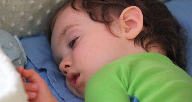 Почему ребенок, когда засыпает, закатывает глаза вверх или отводит их в сторону?