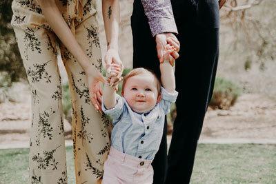 Первые шаги ребенка: когда детки начинают ходить и как научить малыша передвигаться самостоятельно без поддержки?