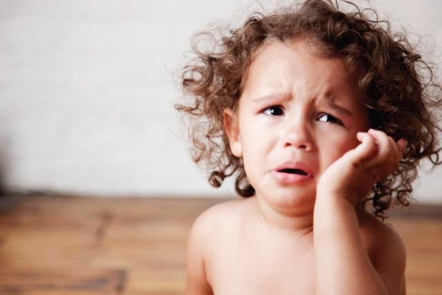 Ребенка укусил комар в глаз, все опухло, веко отекло - что делать и как снять воспаление?