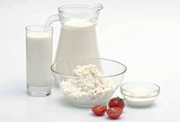 Как вводить творог и кефир в прикорм грудничка: сколько молочных продуктов можно давать ребенку и с какого возраста?