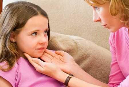 Что делать, если у ребенка болит шея и он не может поворачивать голову?