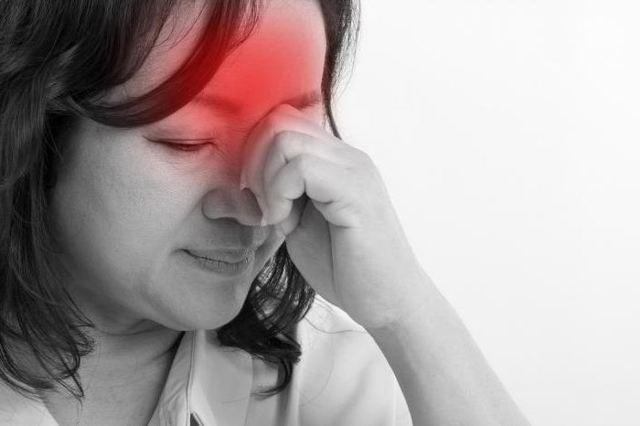 Почему у женщин перед месячными болит поясница, в чем причина болей в спине и низу живота?