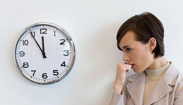 Почему тянет низ живота, а месячные не начинаются, в чем причина неприятных ощущений?