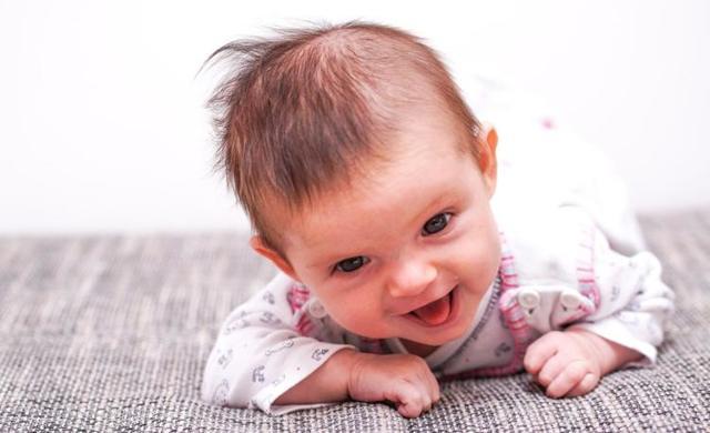 Как научить ребенка 4-5 месяцев переворачиваться со спины на живот и обратно: упражнения, массаж и видео-урок