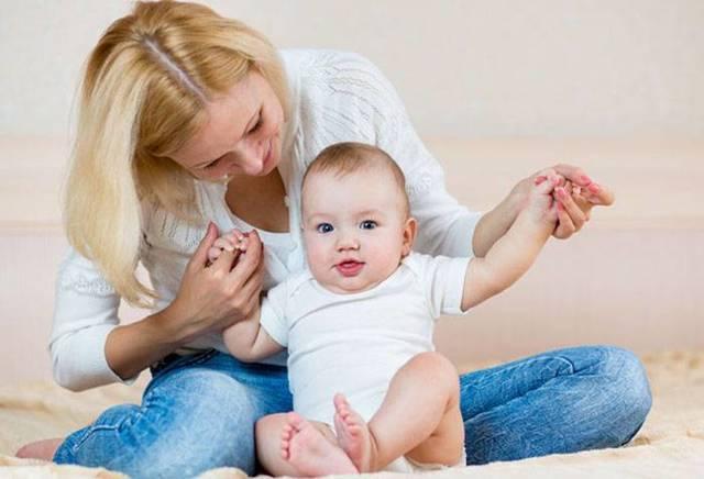Как научить ребенка 6-7 месяцев садиться из положения лежа и сидеть самостоятельно: упражнения и видео-рекомендации