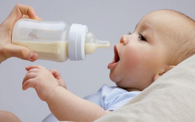 Как ввести прикорм ребенку в 5 месяцев: таблица и пошаговое описание при грудном и искусственном вскармливании