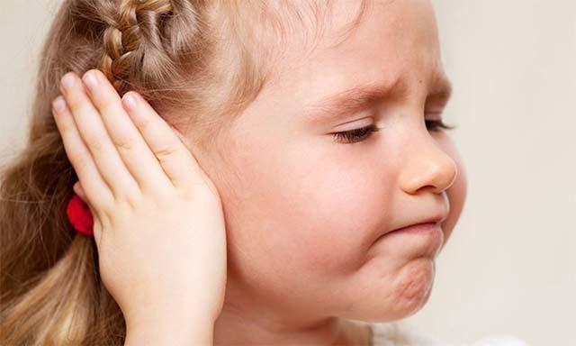 Что делать, если у ребенка опухло и покраснело ухо снаружи, а ушная раковина горячая: причины и лечение