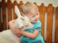 Со скольки месяцев можно давать грудничку коровье молоко, и как его вводить в рацион ребенка?
