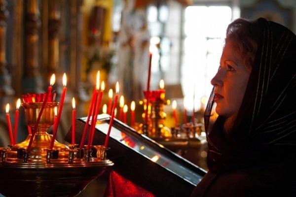 Можно или нельзя ходить в храм или церковь во время месячных: мнение православных священников