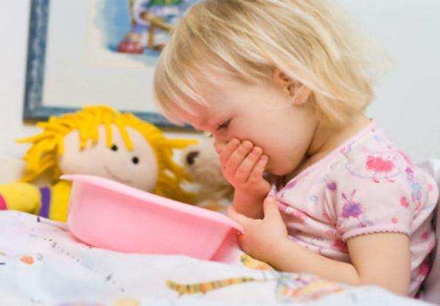 Что делать, если у ребенка появились рвота и понос на море: отравление или акклиматизация?