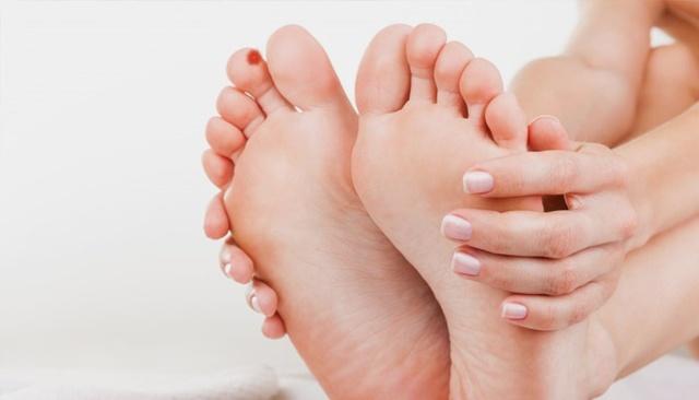 Что делать, если у ребенка на пальце возле ногтя появился нарыв, чем лечить нагноение?