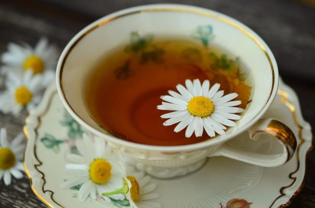 Можно ли кормящей маме пить чай из ромашки: особенности употребления при грудном вскармливании