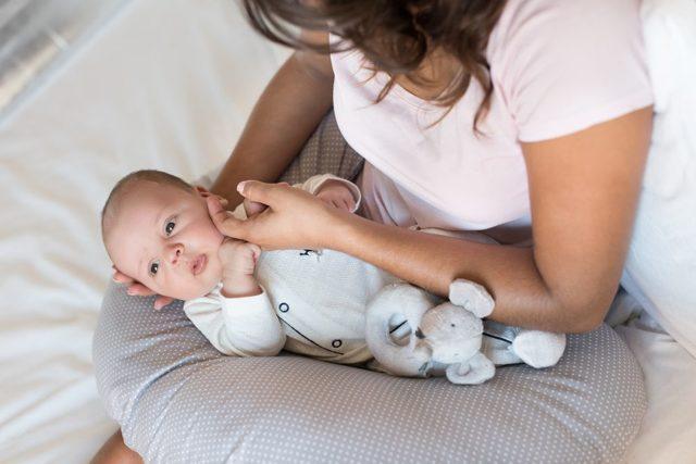 Надо ли будить новорожденного ребенка для кормления и купания, если он долго спит?
