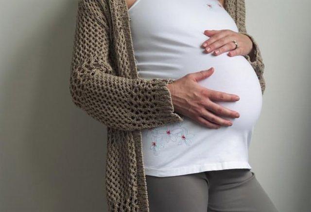 При беременности болит низ живота слева и справа: почему возникает боль на ранних и поздних сроках, что делать?