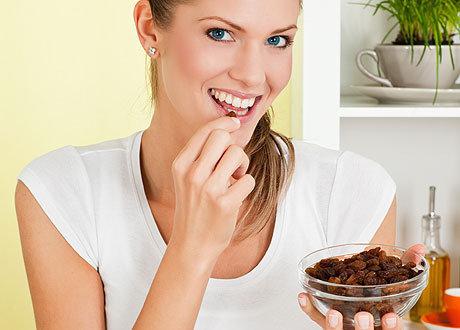 Можно ли кормящей маме кушать изюм: польза и вред сухофрукта при грудном вскармливании
