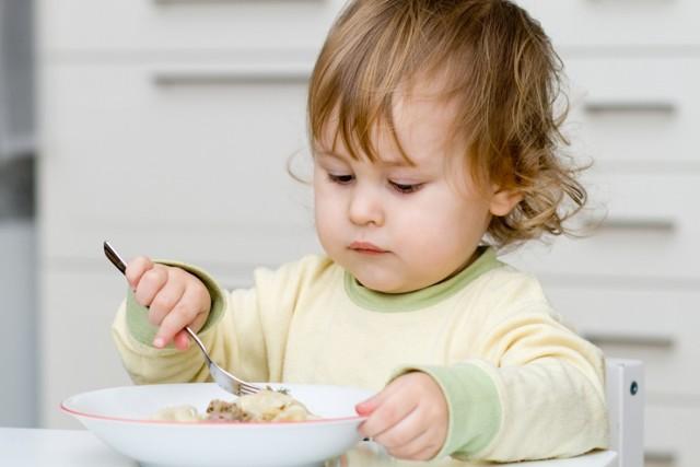 Чем кормить малыша в 1 год: таблицы с рационом и режимом питания годовалого ребенка