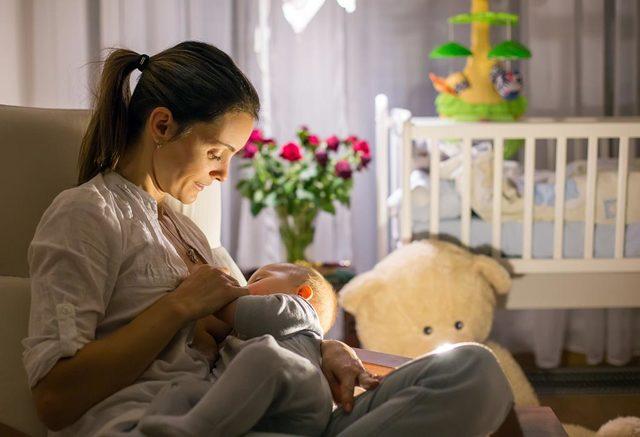 Почему ребенок 3-4 месяцев отказывается от груди, плачет и психует при кормлении: ищем причину в кризисе лактации