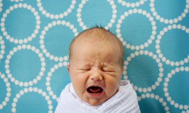 Почему грудничок плачет и извивается после кормления, как помочь новорожденному ребенку в этом случае?