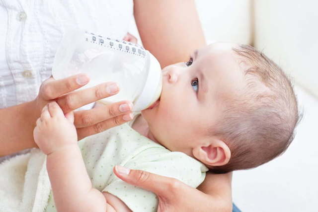 Ребенок упорно не берет бутылочку: как приучить малыша пить и есть из нее, когда кроха начнет держать бутылочку сам?
