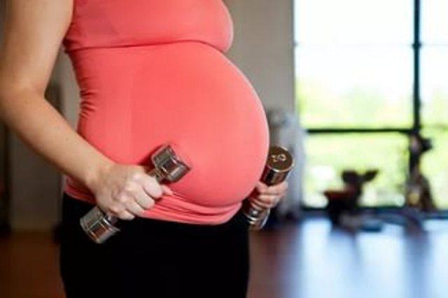Почему при беременности живот становится твердым, в каких случаях следует бить тревогу?