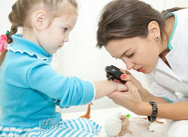Когда и почему у детей начинают появляться родинки, можно ли их удалять и к кому обратиться за помощью?