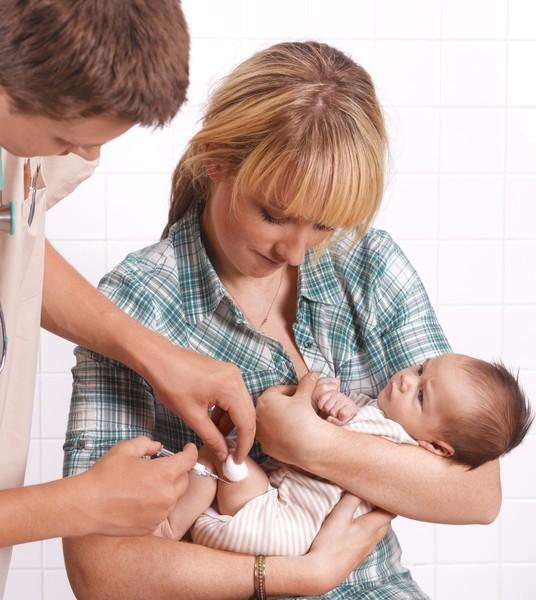 Какие прививки делают маленьким детям в 3 месяца: график вакцинации и побочные реакции