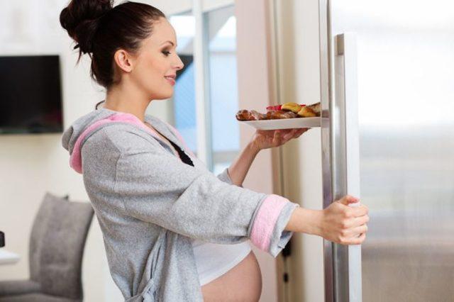 Как избавиться от растяжек на бедрах и животе, чем мазать кожу во время беременности, чтобы они не появились?