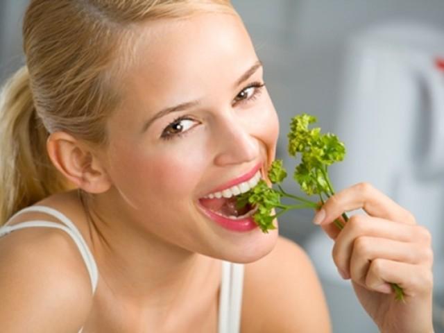 Можно ли кормящей маме кушать чеснок: вред и польза при грудном вскармливании