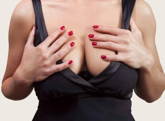 Когда и почему набухает грудь при беременности, через какое время после зачатия начинают болеть молочные железы?