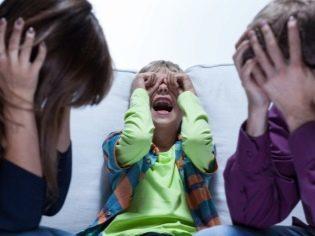 Почему годовалый ребенок может бить себя по голове, ударяться о стены и пол: выясняем причины и устраняем проблему