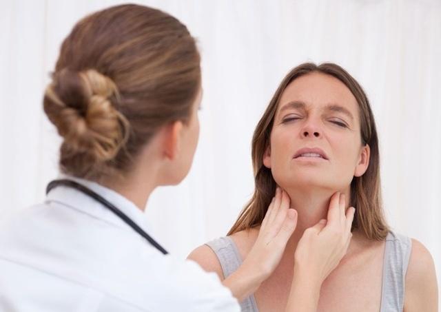 Как и чем лечить больное горло кормящей маме: полоскания и список лекарств при грудном вскармливании